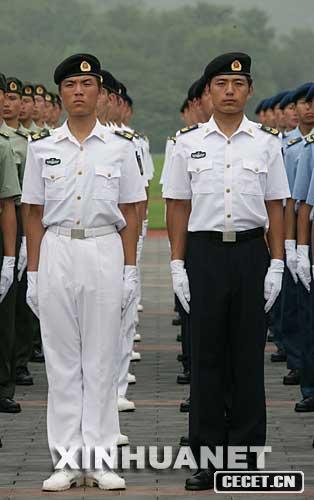 这是海军男士兵夏常服.-解放军全军各驻地士兵更换07式新军装图片