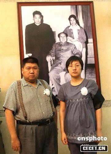 毛新宇和妻子刘滨为母亲邵华布置灵堂
