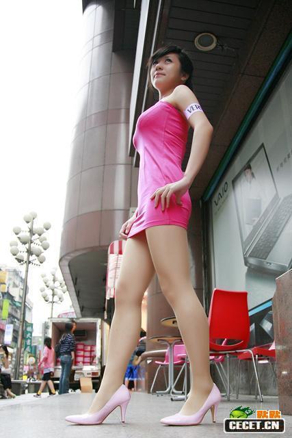 中国娱乐资讯_街拍吃炸串的牛仔裤美眉中国娱乐资讯网CE