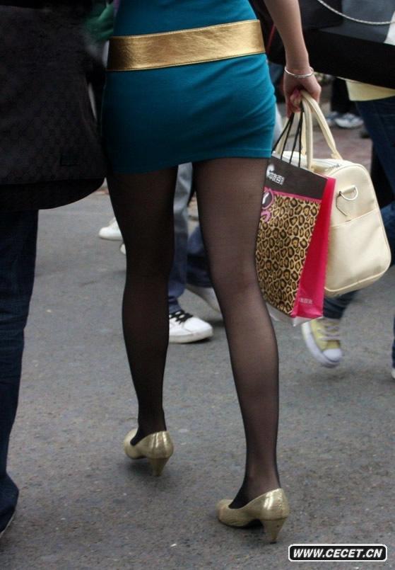 街拍紧身超短裙黑丝女图片