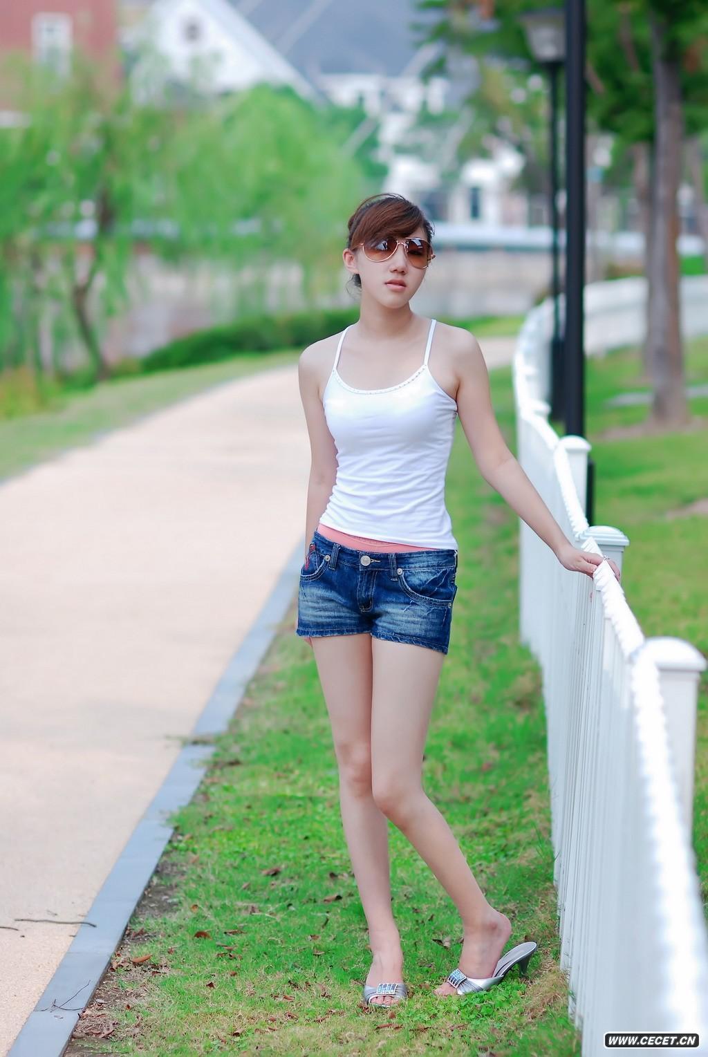 新疆游玩_拍外景的吊带女孩 - 中国娱乐资讯网CECET.CN