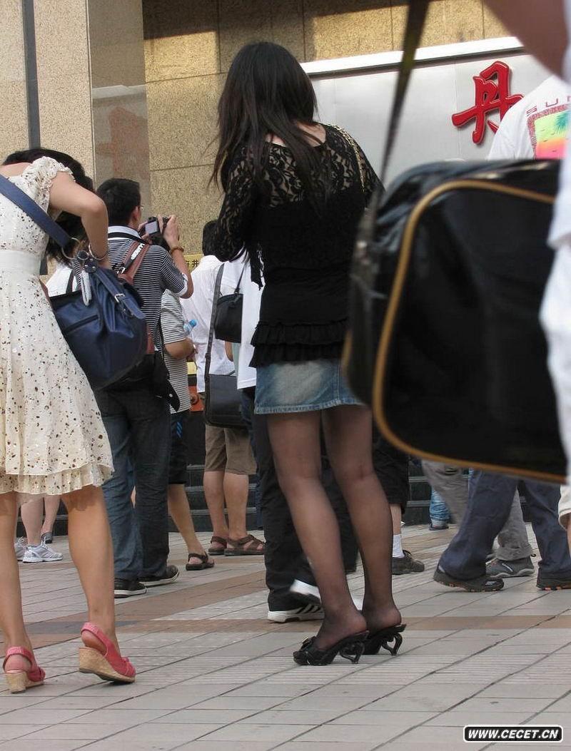 街拍黑丝眼镜女生图片
