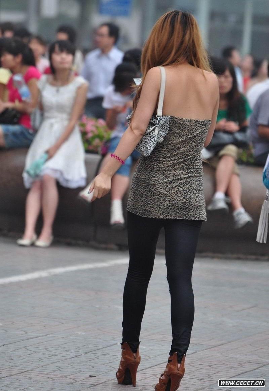 街拍超薄紧身裤美女_街拍紧身裤凸露凹沟_街拍紧身