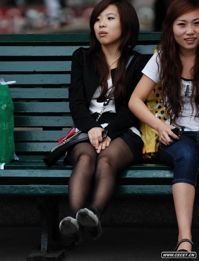 长凳上休息的黑色丝袜小mm
