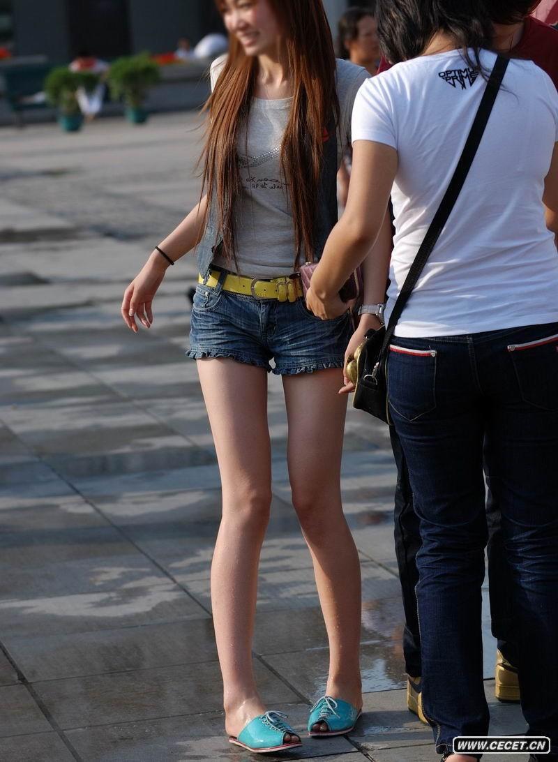 娱乐资讯网_街拍牛仔短裤长腿美女中国娱乐资讯网CECE