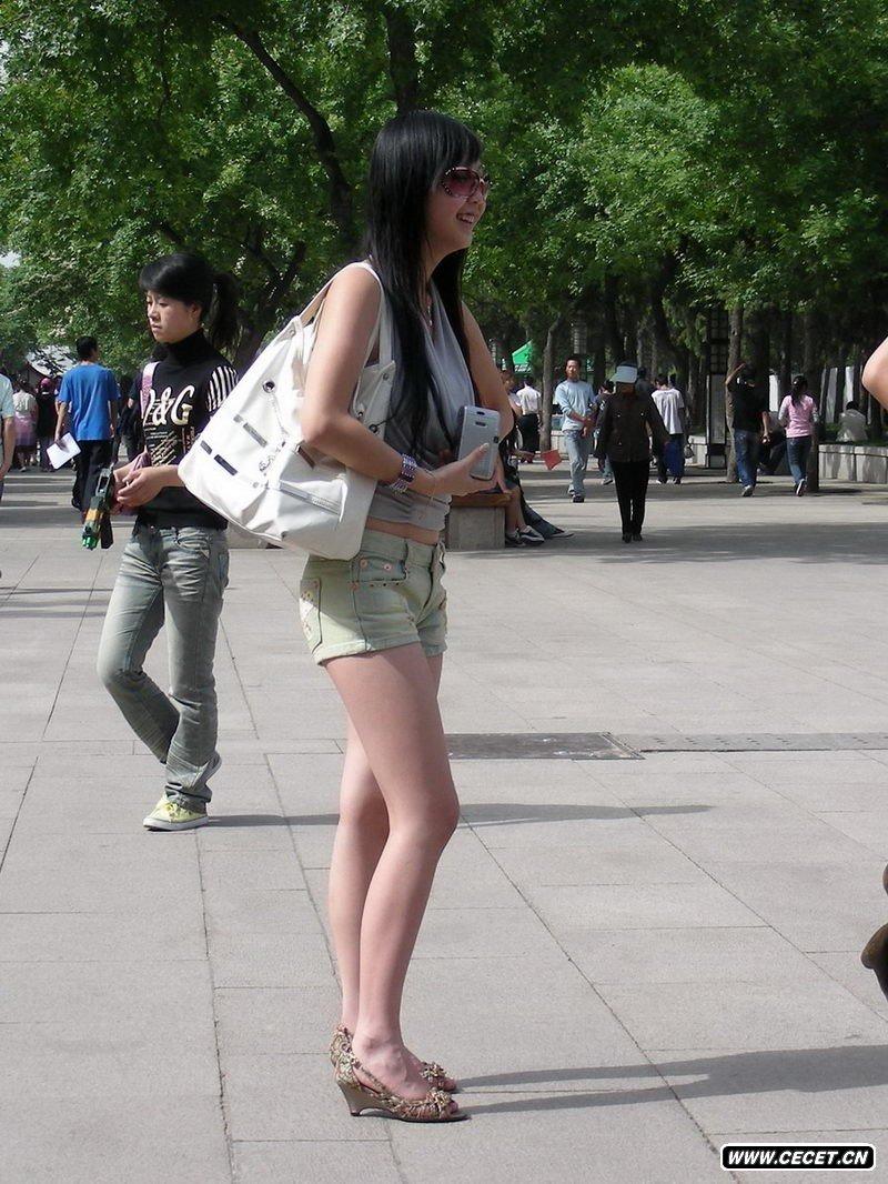 街拍漂亮的90后牛仔热裤美女