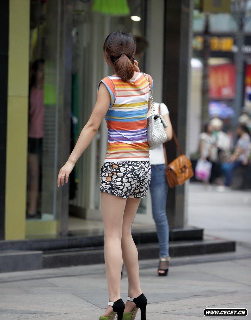 小短裤美女 美女走走路短裤掉了 竖