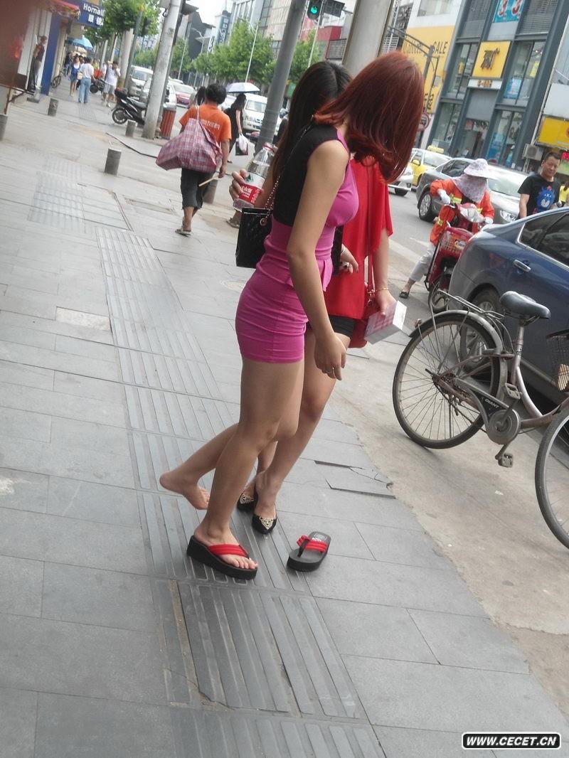 街拍两个当众换鞋的白腿妹妹图片