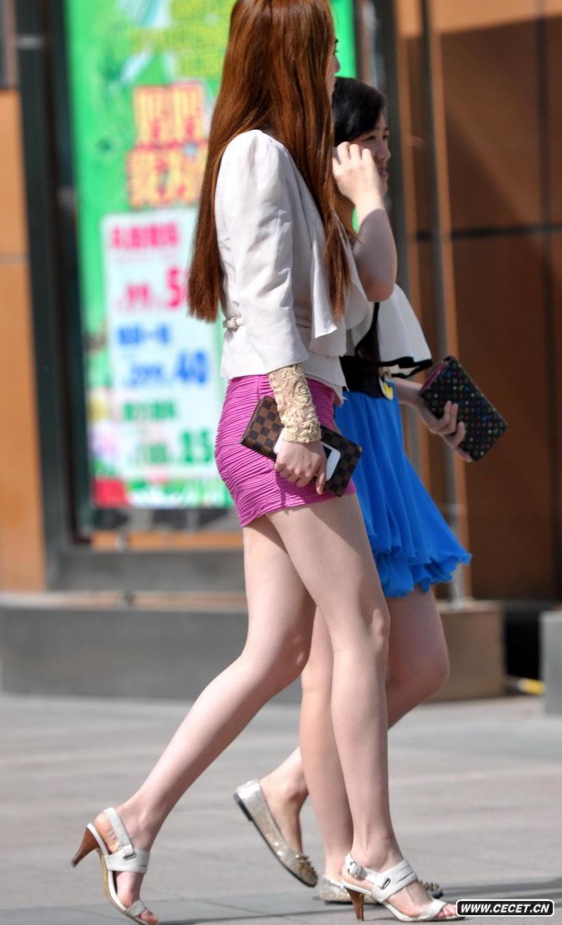 中国娱乐资讯街拍_新科广场街拍灰牛仔裤美女中国娱乐资讯网C