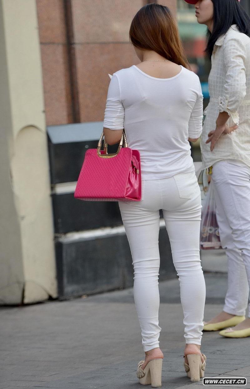 三一广场街拍的白色紧身裤美女图片