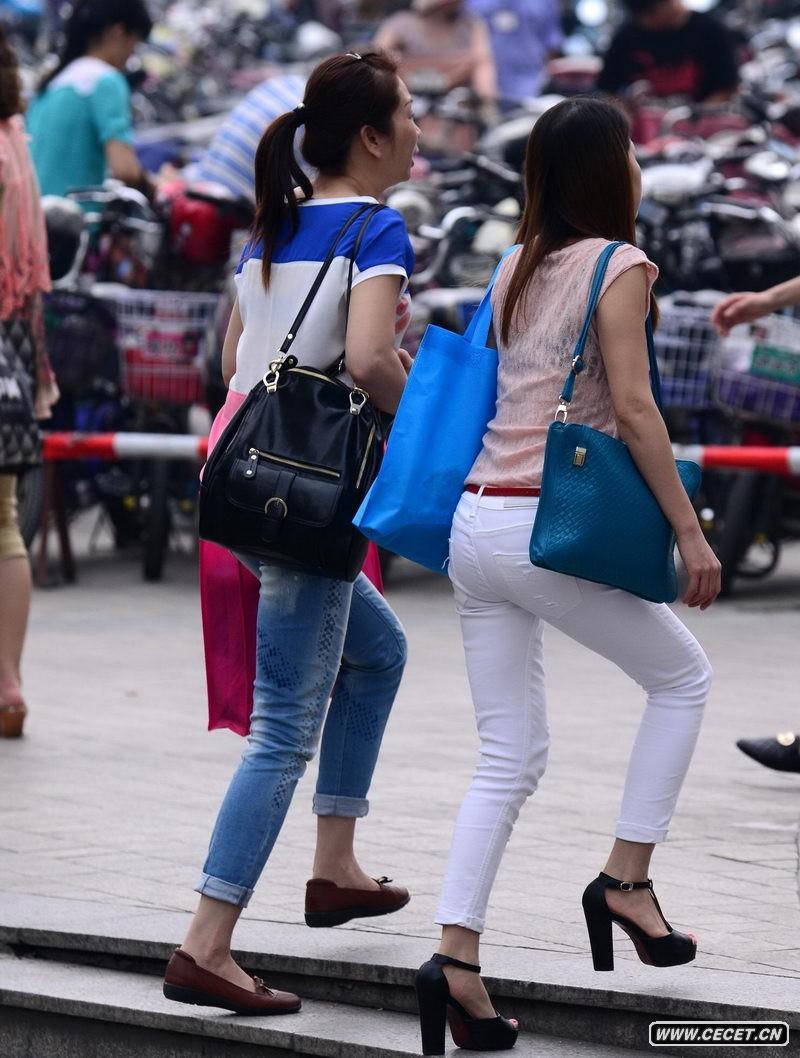 东方广场街拍紧身白裤美女图片