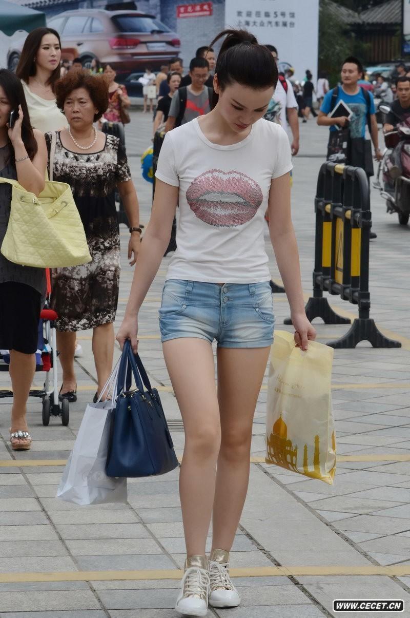 超短裤初中生美女图_街拍紧身牛仔热裤美女_街拍紧身牛仔热裤美女画法