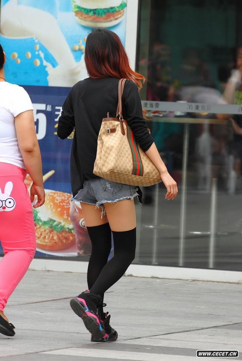 赛尚购物广场街拍中筒袜美眉图片