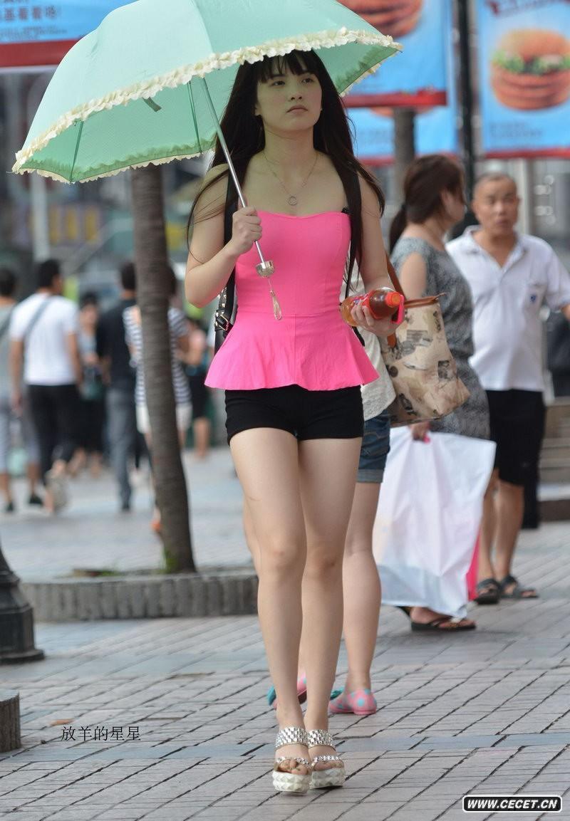 街拍小黑紧身超短裤白腿妹妹