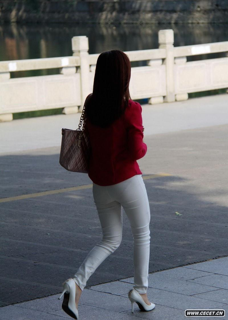 大运河边街拍的紧身白裤美眉图片