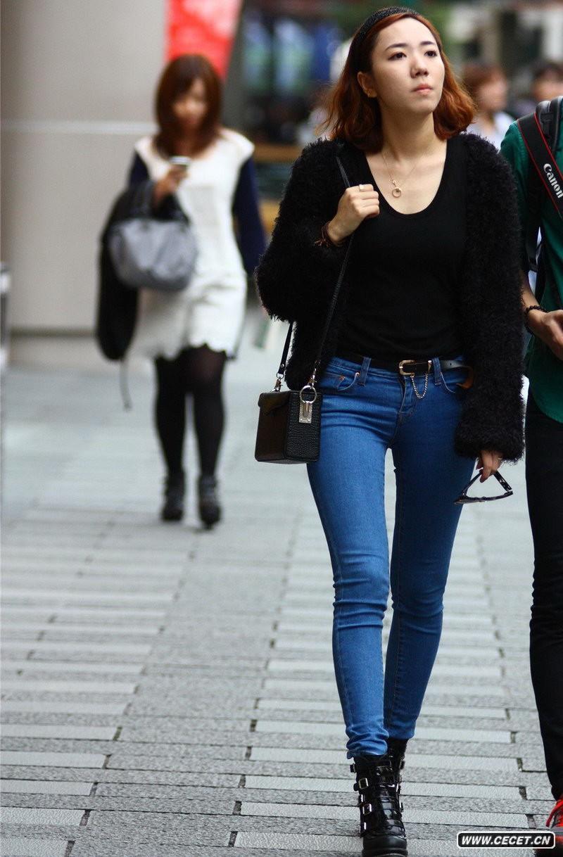 工体东路街拍性感牛仔裤美女 - 中国娱乐资讯网