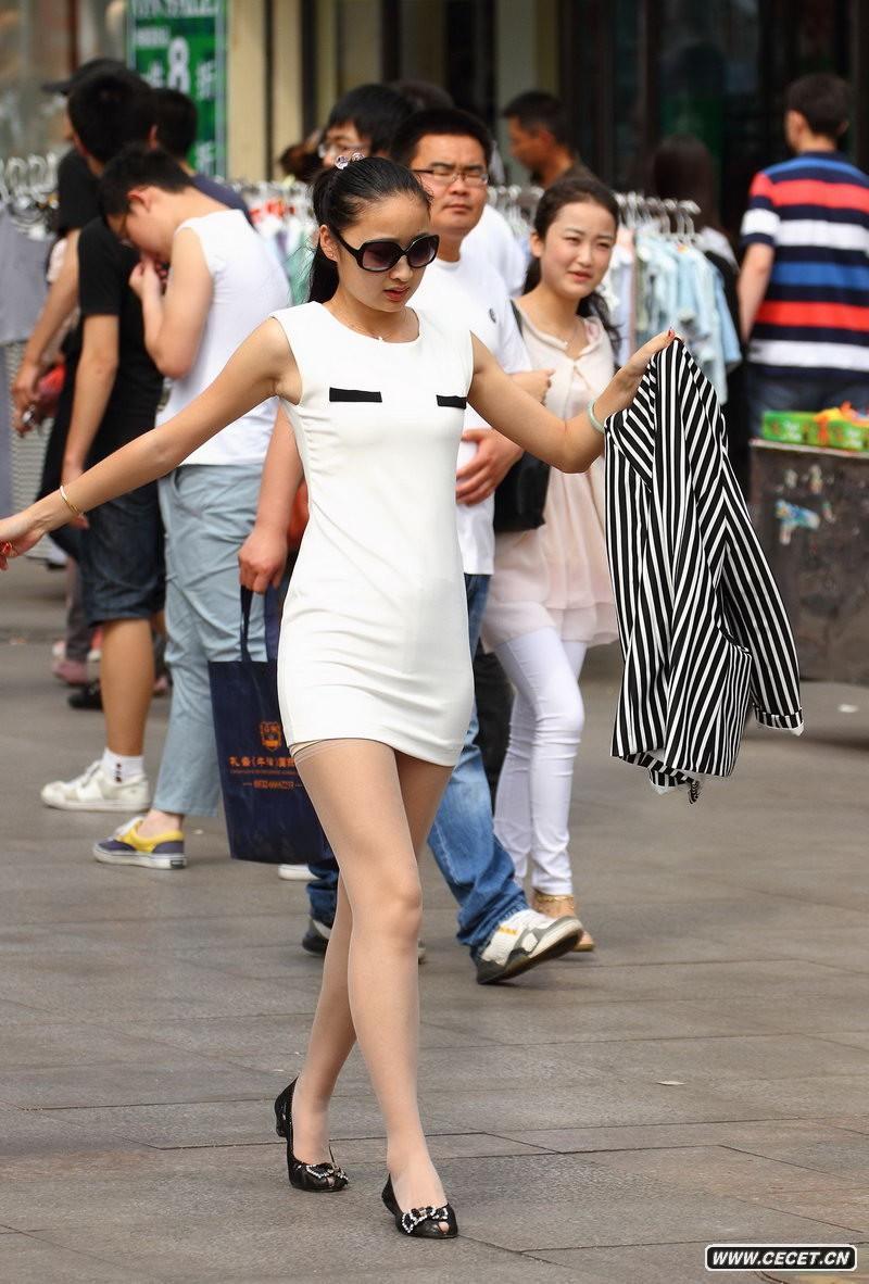 中国娱乐资讯网街拍_新科广场街拍灰牛仔裤美女中国娱乐资讯网C