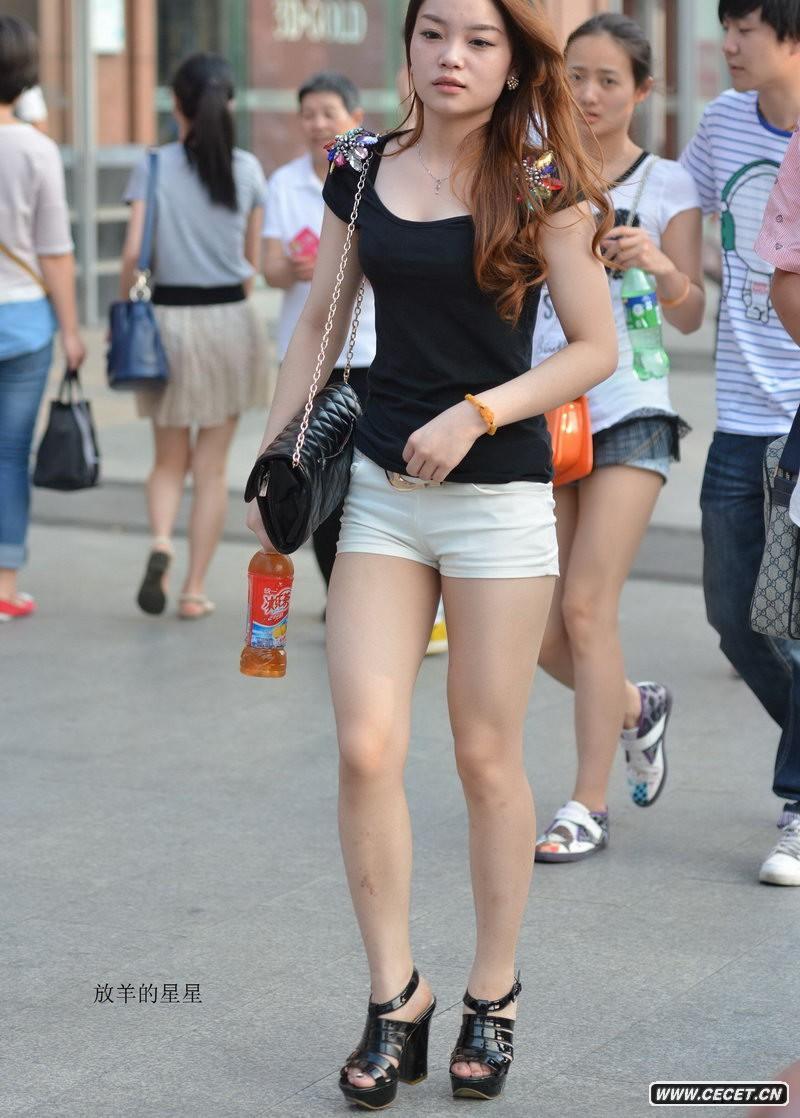 中国娱乐资讯街拍_建设北路街拍的白色热裤美腿女生中国娱乐资