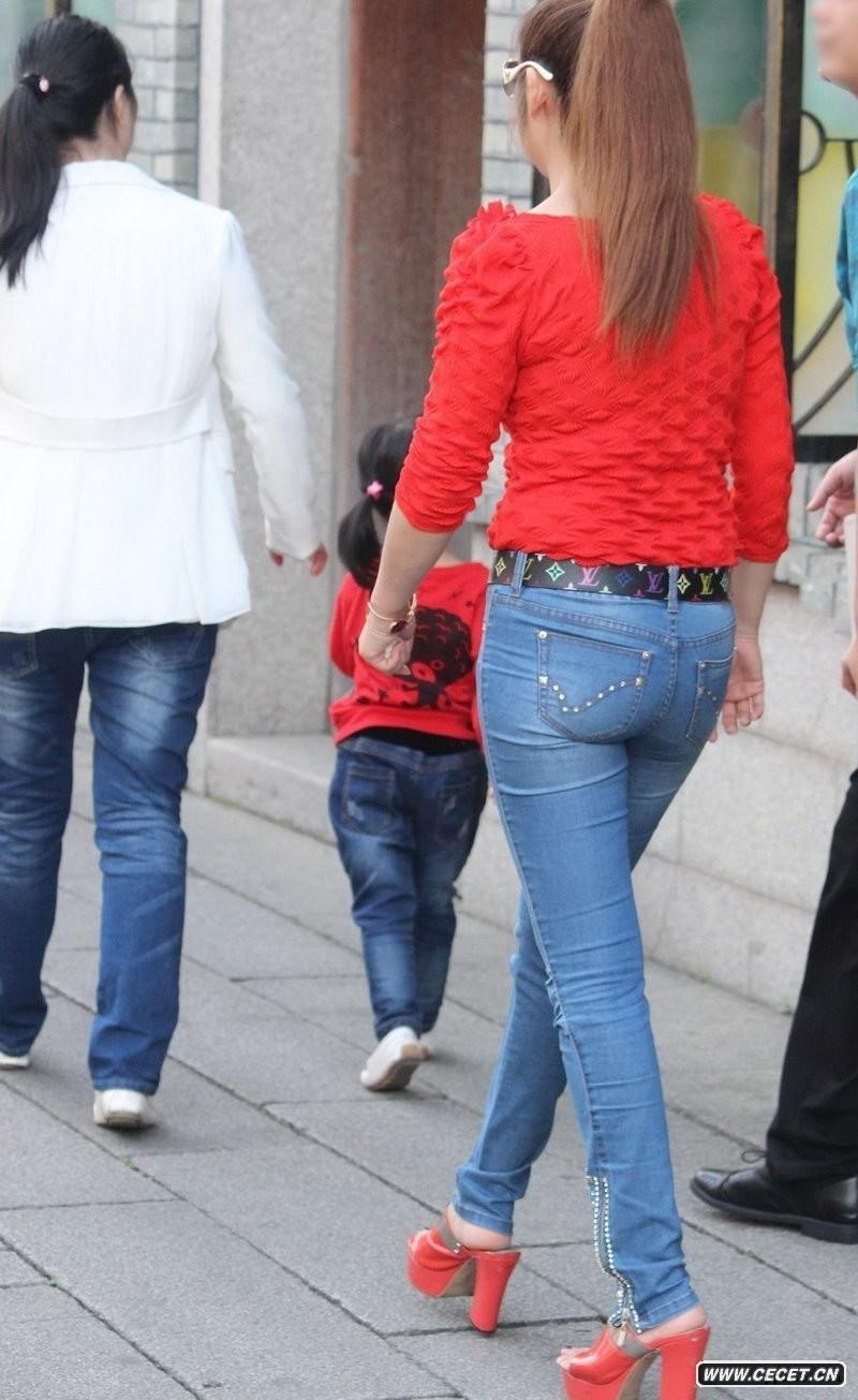 娱乐资讯_街拍吃炸串的牛仔裤美眉中国娱乐资讯网CE