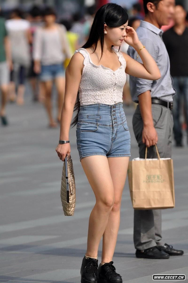 蓝岛大厦街拍紧身牛仔短裤美女图片