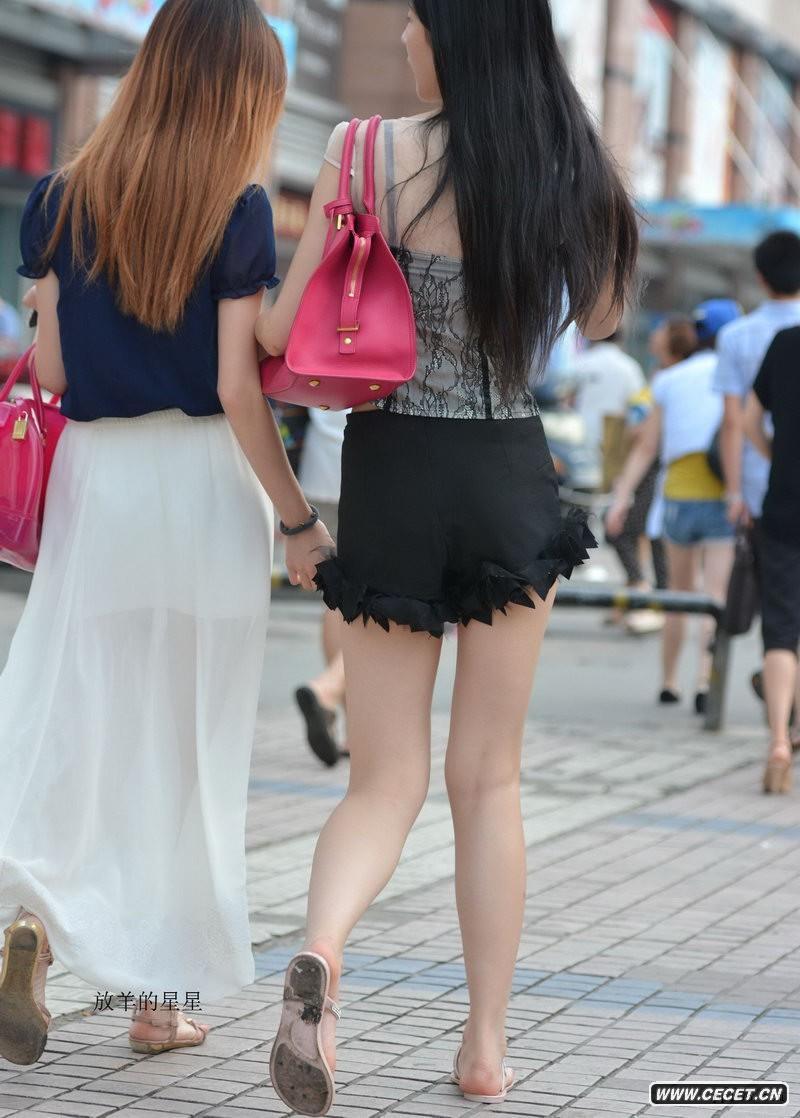 街拍破边超短裙低胸装美女 - 中国娱乐资讯网C