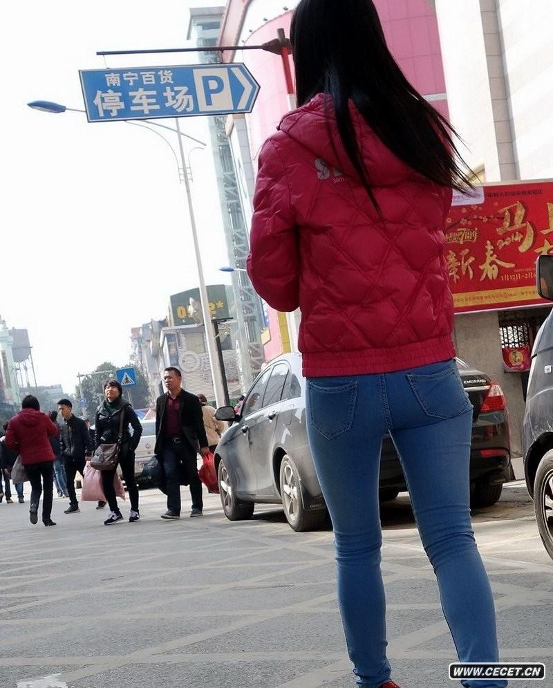 南宁百货街拍紧身牛仔裤美女 中国娱乐资讯网