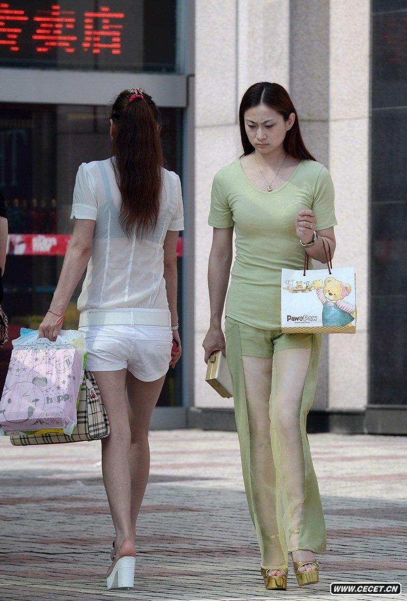 中国娱乐资讯网_新科广场街拍灰牛仔裤美女中国娱乐资讯网C