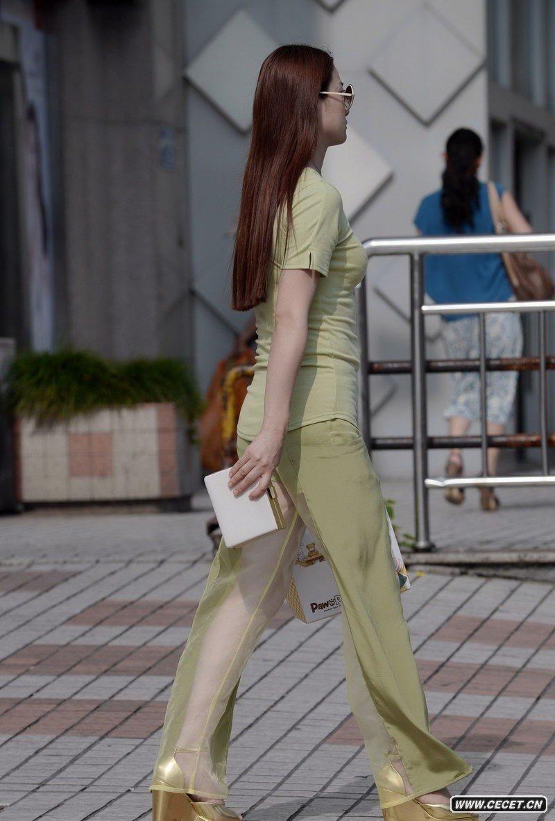 中国娱乐资讯街拍_街拍透明防晒裤高挑身材美女中国娱乐资讯网