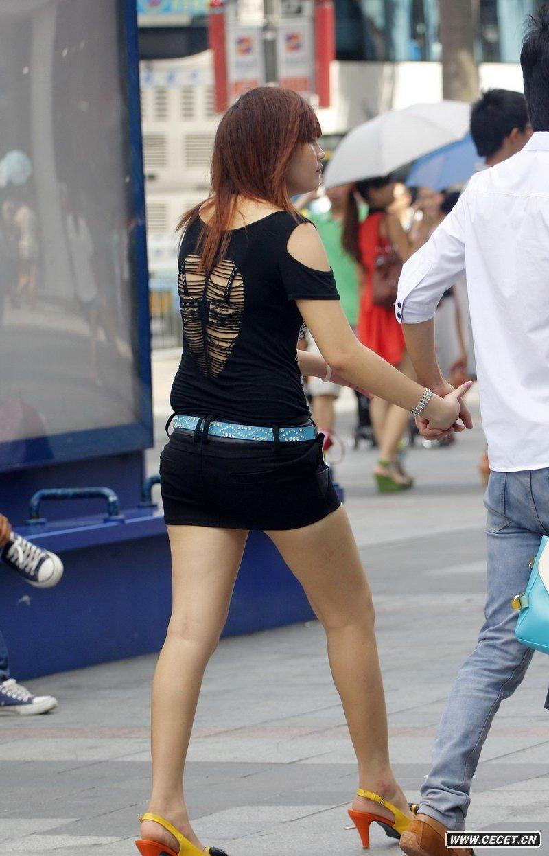 解放东路街拍紧身超短裙美眉图片