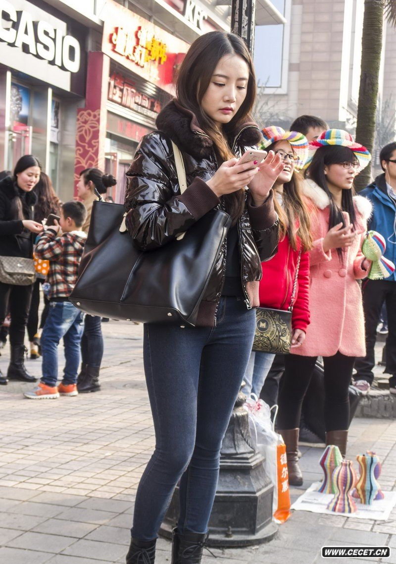 中国娱乐资讯网街拍_成都街拍一组时尚好身材妹子中国娱乐资讯网