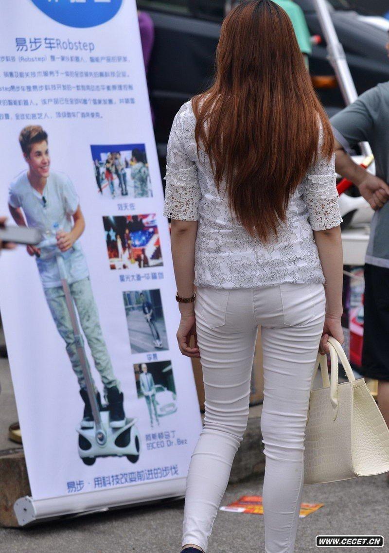 娱乐资讯_街拍白色紧身美女图片_街拍美女紧身白色裤