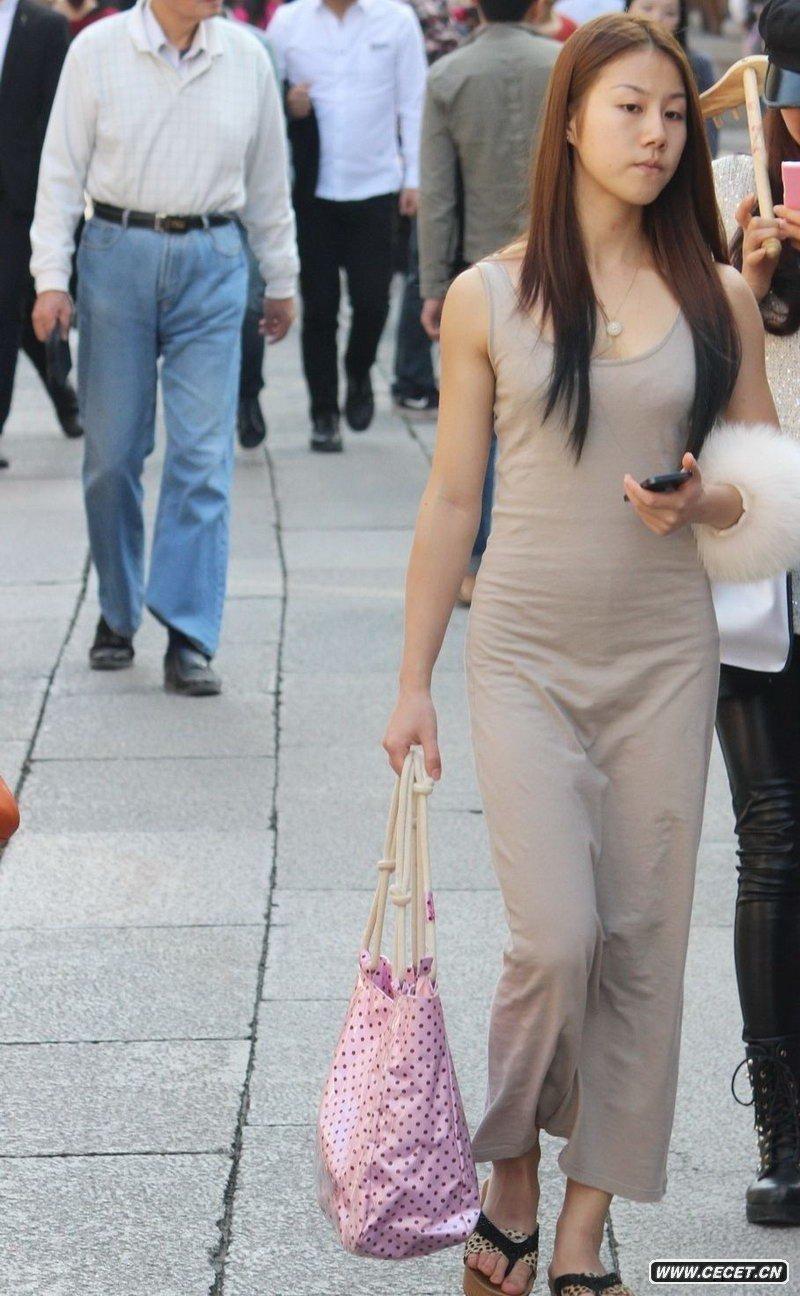中国娱乐资讯街拍_成都街拍的兰色牛仔裤美眉中国娱乐资讯网C