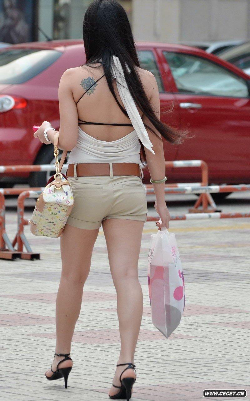 中国娱乐资讯街拍_街拍紫色条纹裙性感长腿美女中国娱乐资讯网