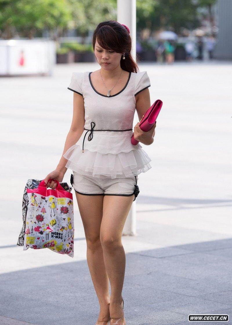 中国娱乐资讯街拍_街拍的紧身裙高挑长腿美女中国娱乐资讯网C