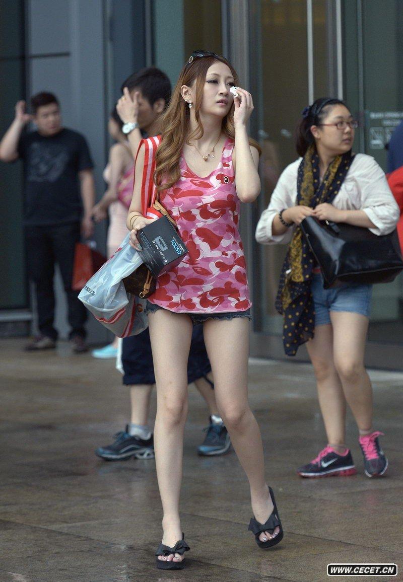 中国娱乐资讯网_商业中心街拍的时尚漂亮美眉 - 中国娱乐资讯网CECET.CN