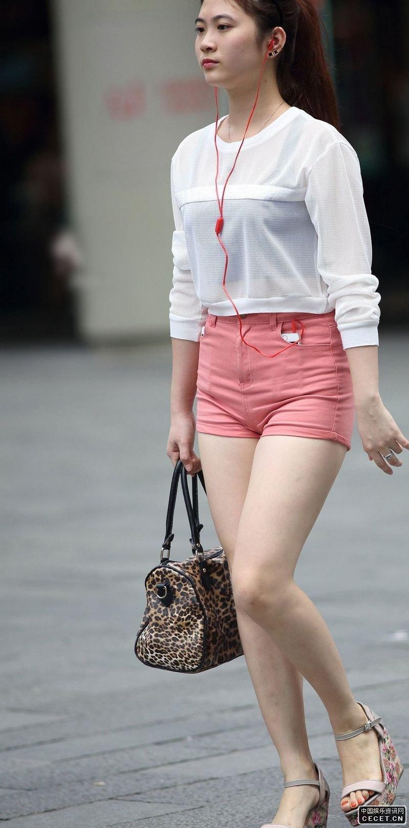 中国娱乐资讯网街拍_建设北路街拍的白色热裤美腿女生中国娱乐资