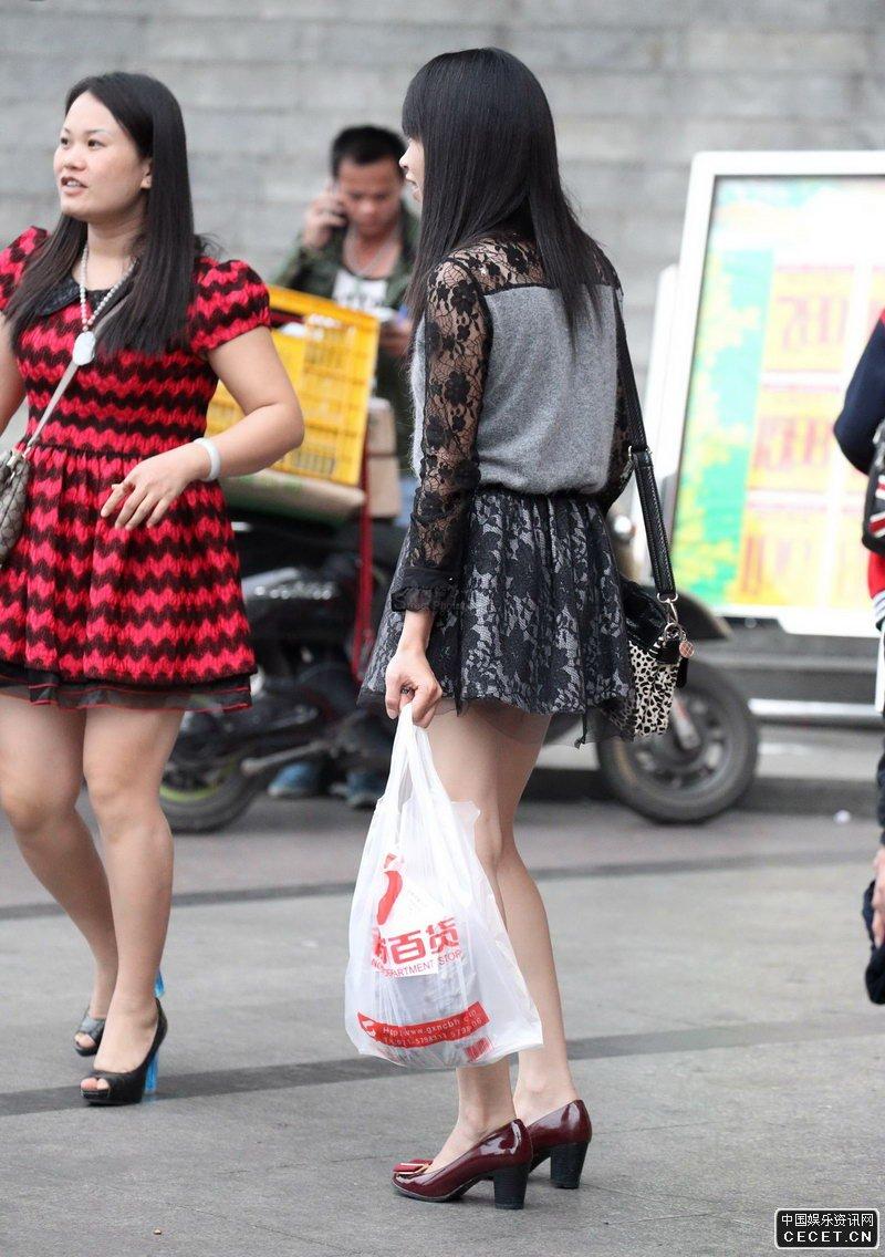 逛商场的清凉长腿女孩_街拍两个逛商场的白嫩美腿姐姐 - 中国娱乐资讯网CECET.CN