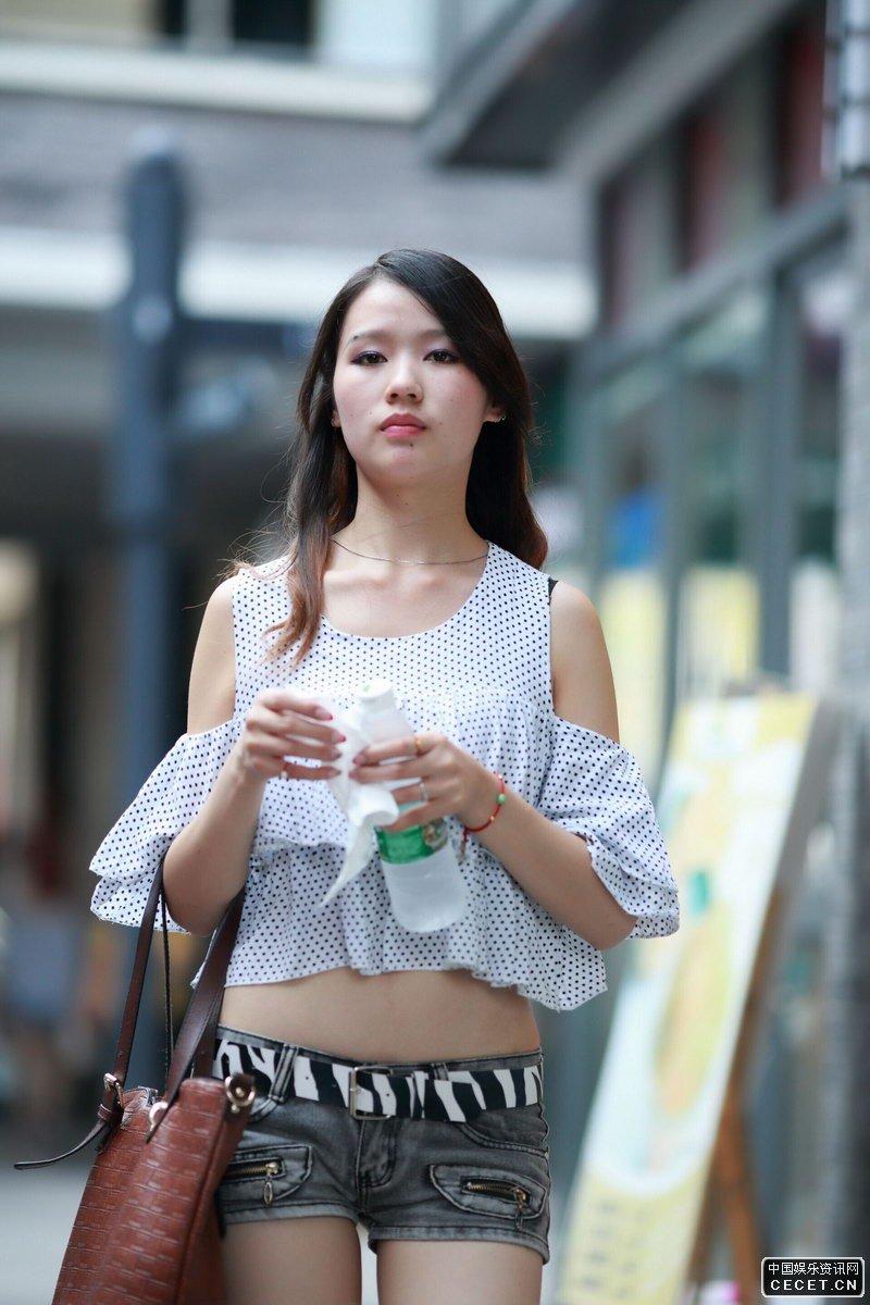 街拍时尚的紧身牛仔短裤美眉图片