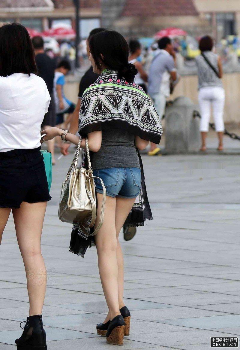 街拍两个时尚的紧身短裤美眉