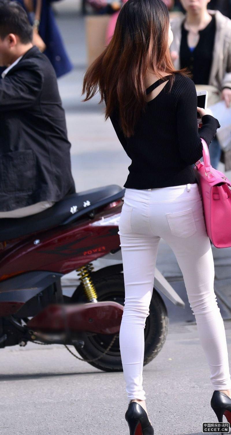 街拍的紧身白裤好身材美眉图片