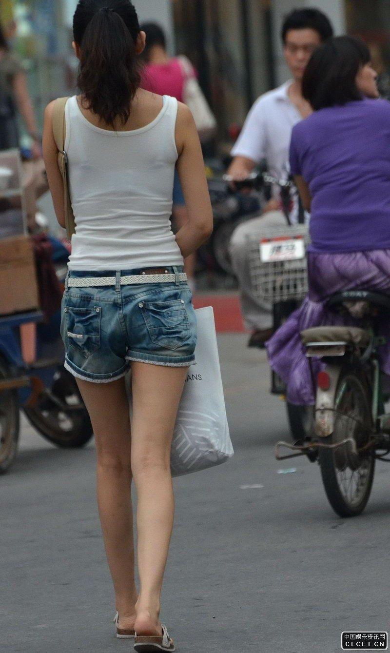 街拍的牛仔短裤紧身背心美女图片