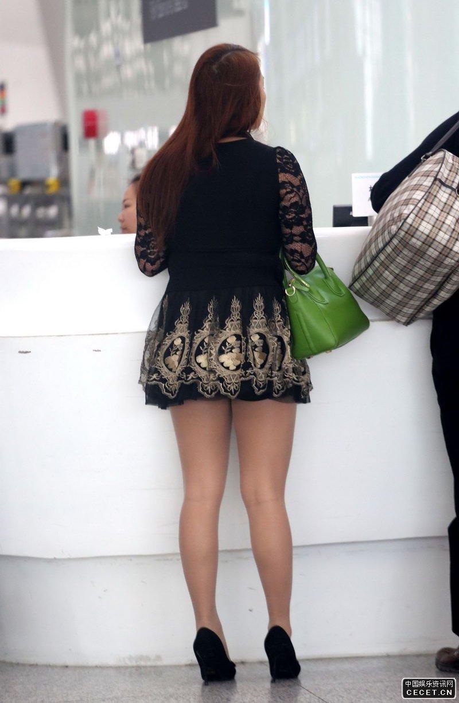候机大厅抓拍的丝袜美少妇