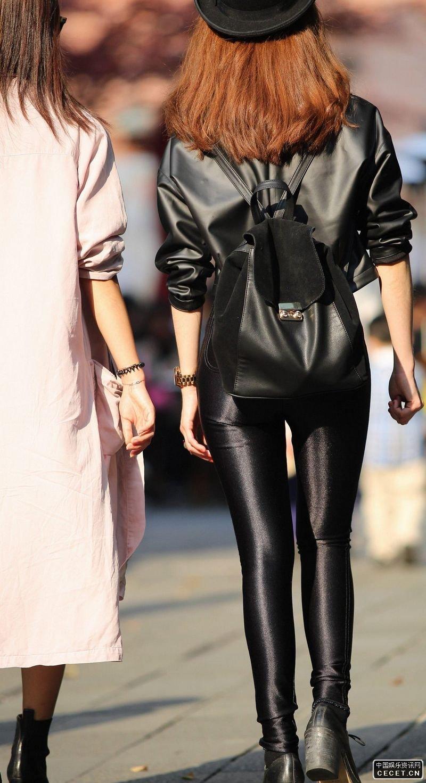 街拍的紧身皮裤时尚美眉图片