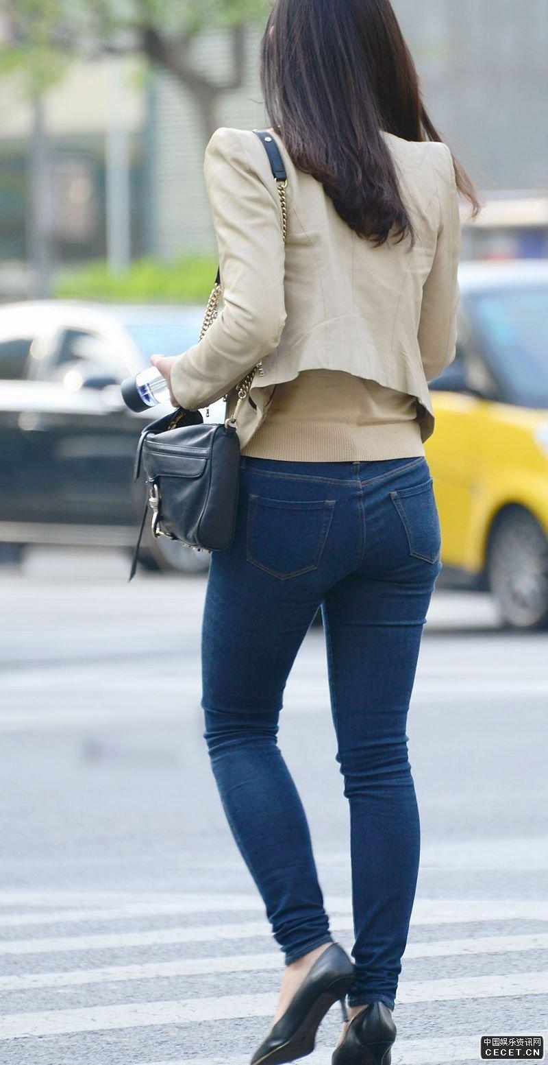 紧身牛仔短裤_街拍的紧身蓝色牛仔裤美女 - 中国娱乐资讯网CECET.CN