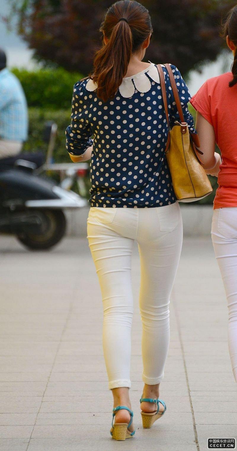 解放广场街拍的紧身白裤美眉图片