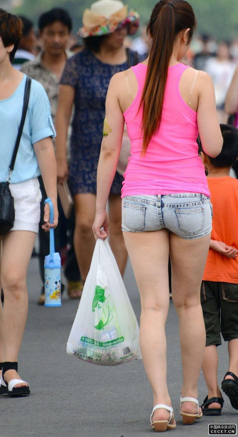 成熟少妇图片_街拍的紧身热裤丰满美腿少妇 - 中国娱乐资讯网CECET.CN