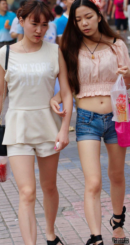 街拍的紧身热裤露脐装美女图片