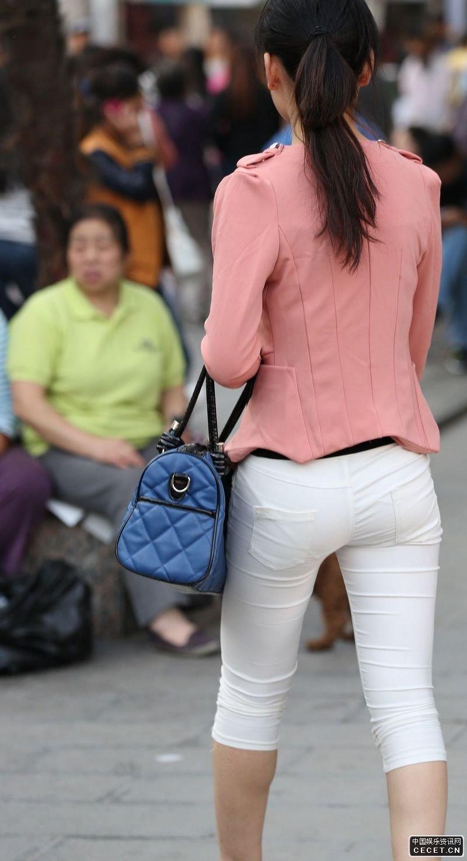 学院西路街拍的紧身白裤美女图片
