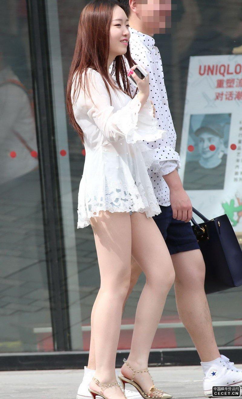 街拍的白纱超短裙粉嫩美腿妹子