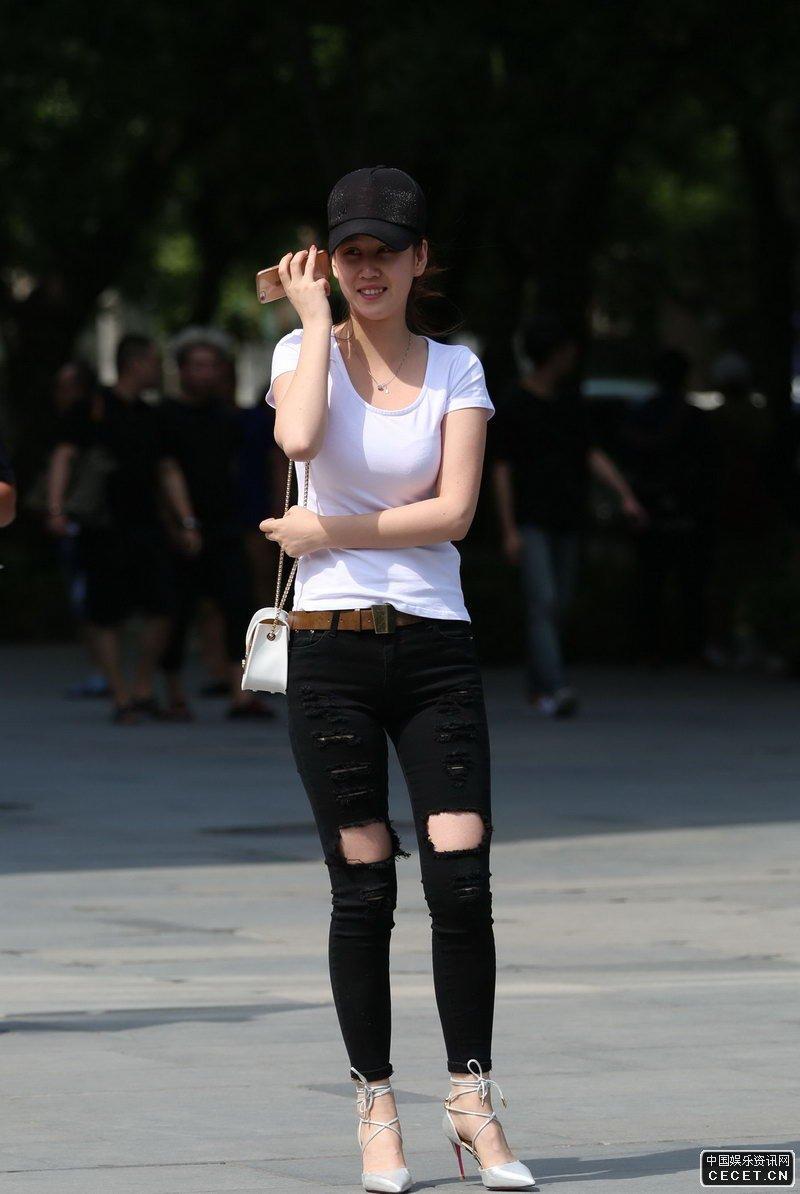 环城公园街拍的破洞牛仔裤美女图片